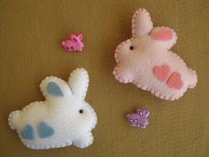 Coelhinhos e botões! by Arte & Mimos, via Flickr