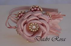 Arco rosê, flor de perolas rosê com cetim, detalhes meia perola c/ strass    O tempo de produção varia de acordo c/ a quantidade p/ mais ou p/ menos.