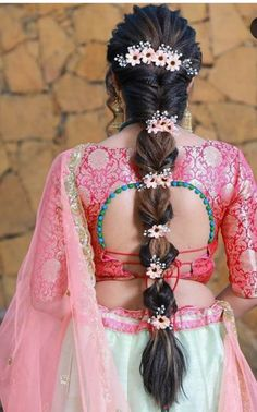 21 Stylish And Beautiful Indian Hairstyle For Saree So, to help you out we have come up with some fantastic hairstyle for saree look that will help you create your own style. Just have a look and find the perfect hairstyle for yourself. Indian Bridal Hairstyle Photos, Indian Hairstyles For Saree, Saree Hairstyles, Indian Bridal Makeup, Bridal Makeup Looks, Wedding Hairstyles For Long Hair, Bride Hairstyles, Open Hairstyles, Wedding Makeup