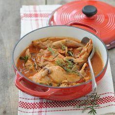 Recette de lapin à la provençale Faites chauffer l'huile dans une cocotte et faites dorer les morceaux de lapin. Réservez. Mettez l'oignon et l'ail pelés et émincés dans la cocotte, ajoutez le contenu de la boîte de tomates. Grattez le fond de la cocotte avec une cuillère en bois. Ajoutez le bouquet garni, le thym et le romarin, le sucre, salez, poivrez. Laissez cuire à découvert sur feu doux 20 min environ en remuant souvent. La sauce doit réduire de moitié...