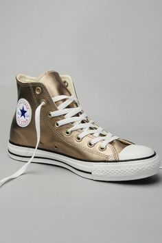 Star Metallic Leather Hi Top Sneakers Converse All Star High Tops in Gold Metallic Leather Converse All Star, Converse Chuck Taylor, Mode Converse, Outfits With Converse, Converse Sneakers, Converse Gold, Jean Outfits, Leather Converse Shoes, Leather Shoes