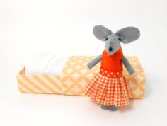 Emma the mouse in a matchbox by atelierpompadour on Etsy, Felt Mouse, Dorm Decorations, Decorative Items, Hand Sewing, Back To School, Projects To Try, My Etsy Shop, Italy, Doll