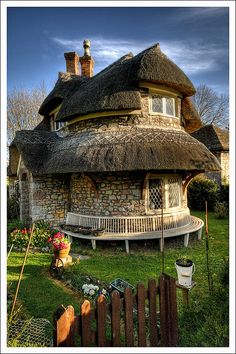 21 Interesting Photos Of Natural Homes This is a rubble stone lime mortar thatched cottage built in 1811 in Blaise Hamlet near Bristol, England. The cottage, along with the rest of the hamlet, is owned by the UK's National Trust. Storybook Homes, Storybook Cottage, Witch Cottage, Cozy Cottage, Wooden Cottage, Beautiful Buildings, Beautiful Homes, Beautiful Dream, Beautiful Curves