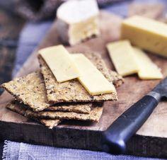 Bag fantastiske hjemmelavet knækbrød, som kan nydes med en god ost, lidt marmelade eller blot, som de er. Få opskriften på hjemmelavet knækbrød her!
