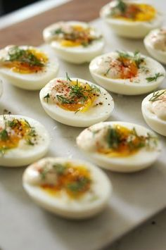 Uma versão aromatizada de ovos cozidos para você dar um charme aos seus pratos e sair um pouco do comum. Simples, rápido e delicioso! Confira a receitinha: || Ovos Aromatizados || :: Ingredientes :: 12 ovos 1/3 xícara de maionese 1 colher de chá de mostarda dijon 1 colher de chá de vinagre branco 1/2 cebola Dill fresco (dill é uma erva bem parecida com a erva doce) Sal marinho e pimenta do reino fresca :: Como faz :: Comece por cozinhar todos os ovos. Utilize um recipiente que caiba todos…