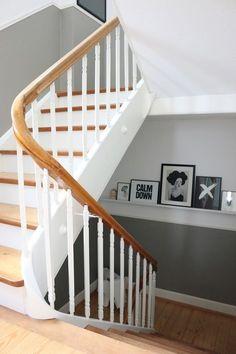 Gerade Treppe aus Holz geschlossen & Treppengeländer ...