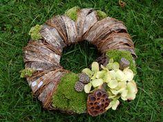Inspirace pro dušičkovou výzdobu. Door Wreaths, Grapevine Wreath, Burlap Wreath, Funeral, Grape Vines, Diy And Crafts, Christmas Wreaths, Bronze, Advent