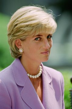 Diana Princess of Wales at the Red Cross Headquarters in Washington to make a speech for the antilandmines campaign Lady Diana, Princess Diana Fashion, Princess Diana Pictures, Princess Diana Hairstyles, Diana Spencer, Gala Dinner, Sarah Ferguson, Kendall Jenner Haircut, New Hairstyle Cutting