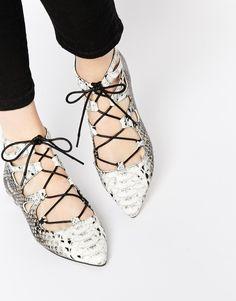 ASOS - LANA - Ballerines pointues à lacets - Snake Chaussures plates par ASOS Collection Tige imitation cuir façon peau de serpent Fermeture à lacets Découpe fantaisie Bout pointu Essuyer avec un chiffon doux 100% Polyuréthane tige