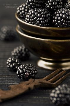 Food photography: Blackberries in a golden bowl Fruit And Veg, Fruits And Veggies, Fresh Fruit, Blackberry Recipes, Fruit Recipes, Blackberry Bramble, Dark Food Photography, Black Food, Beautiful Fruits