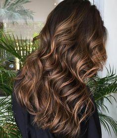 cheveux longs bouclés, cheveux longs couleur marron glacé, coloration chocolat foncé