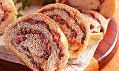 Receita de Pão de Calabresa  A Donatella vai dar de presente de Natal a sua receita de pão de calabresa para você fazer na sua festa como uma opção de entrada para seus convidados. Ingredientes: Massa 3 unidade(s) de ovo 3 copo(s) de Água 1/2 copo(s) de Óleo de soja 1 colher(es) (sopa) de sal 1 colher(es) (sopa) de açúcar 1 kg de farinha de trigo 2 colher(es) (sopa) de fermento biológico em pó Recheio 500 gr de linguiça calabresa defumada picada(s) 1 unidade(s) de cebola picada(s) quant...