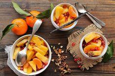 Recette de Salade de fruits d'hiver et sirop léger aux épices et à la vanille - Ingrédients (pour 4) : 1/2 ananas, 5 clémentines corses, 3 oranges...