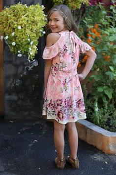 Cute Spring Outfits, Kids Outfits, Cool Outfits, Little Girl Fashion, Kids Fashion, Women's Fashion, Looking Over Shoulder, Vintage Kids Clothes, Clothes 2019