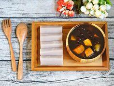 夏天必吃的涼糕,和紅豆湯只要一台電鍋在家就能完成!涼糕加了最愛的芋頭泥,QQ的口感有著淡淡的芋頭相,放入冰箱冰鎮一下,冰冰涼涼又爽口,紅豆湯加了地瓜和黑糖...