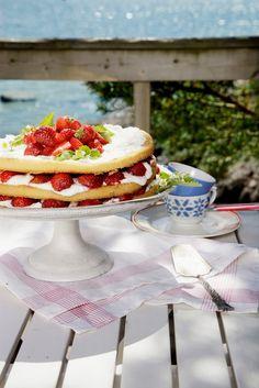 Marjoilla on helppo koristella kakut ja muut leivonnaiset sekä jälkiruoat raikkaiksi ja houkutteleviksi. Tuoreet mansikat tekevät kakusta ylellisen vähällä vaivalla. Isommat mansikat voit lohkoa, viipaloida tai kuutioida ja ryhmitellä kakun pinnalle.