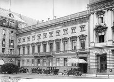 Pariser Platz 4.. das Palais Arnim bis 1938 Sitz der Preußischen Akademie der Künste.. links am Bildrand das Hotel Adlon.. 1933 o.p.