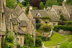 """BIBURY (REGNO UNITO) – L'artista e scrittore britannico William Morris lo definì """"il più bel villaggio di tutta l'Inghilterra"""". Si trova nel Gloucestershire ed è un continuo susseguirsi di cottage del XIV secolo."""