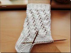 Schneeweiß     48 Gesamtmaschen   6fach-Wolle von Supergarne   Nadelspiel 3,5     Bündchen:   10 Runden 2 re/2 li         Muster:   (durch ...