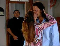En el Capítulo 10 de El cuerpo del deseo: Doña Lilia le pide permiso a Salvador para besarlo, pero él le pide que lo ayude a volver con Isabel