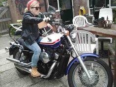 Beeld 18, een vriendin ging stiekem op de motor van een vriend zitten. Toevallig had ze een rood sjaaltje bij zich en een leren jack aan. Ik vind dit een super mooi beeld, een klein blond meisje op een motor. Als je de achtergrond wegdenkt kan ze zo een film in.
