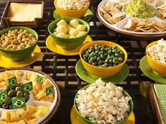 Prepare a mesa dos aperitivos Super Bowl Party, Brazil Party, Party Rock, Soccer Party, Party In A Box, Partys, Antipasto, Food Illustrations, Wow Products