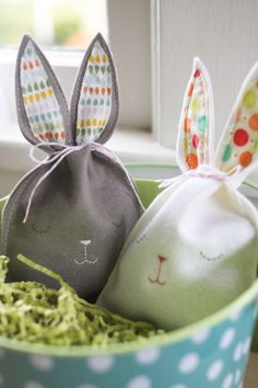 Felt Bunnies - Lovely idea which can be adapted to other animals too. www.seamstar.co.uk Treat Bags, Easter Ideas, Easter Decor, Easter Table, Plastic Baskets, Peter Cottontail, Diy Pouch Bag, Felt Pouch, Pouches