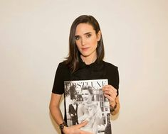 Jennifer connolly pose avec le magazine FIRSTLUXE SIGNATURE
