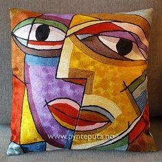 Pynteputa - Kysset Gull 3. Dette er en av fire pynteputer i en serie som har samme motiv men ulike farger. Putene er tøff og stilig og har et design som er inspirert av moderne, abstrakt kunst og vil gi et ekstra løft til interiøret ditt. Hovedfargen er gull, med innslag av lilla, blåtoner, grønntoner, bronse, dyp rød, brun, hvit og sorte streker. Fra nettbutikken www.pynteputa.no #pyntepute #pynteputer #pynteputa #farger