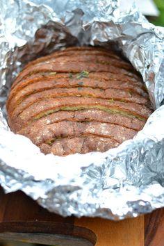 Kesään kuuluu ehdottamasti grillileipä. Yrtti-valkosipulivoi antaa grillileivälle mahtavasti makua. Sormet ja suu meinaavat usein palaa, kun ei maltaodottaa tarpeeksi kauan grillileivän jäähtymistä. Tällä kertaa tein grillileivän viipaloidusta leivästä ja grillileipä onnistui todella hyvin, kun voin...