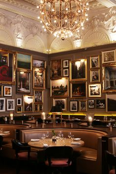 Berner's Tavern, a gob-stoppingly gorgeous restaurant headed up by Michelin star chef Jason Atherton. It's in the Edition Hotel. Design Bar Restaurant, Luxury Restaurant, Restaurant Concept, Cafe Restaurant, Modern Restaurant, Bar Antique, Sala Vip, Edition Hotel, London Restaurants