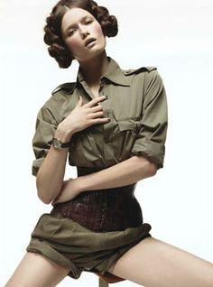 Corsetée. Chemise militaire en coton portée avec un serre-taille en crocodile, Jean Paul Gaultier,