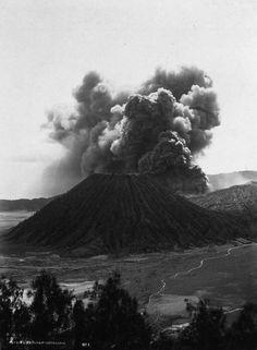 De Bromo-vulkaan omgeven door de Zandzee in het Tenggergebergte, Oost-Java Circa 1920