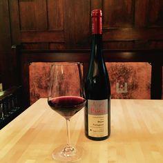 Dürfen wir vorstellen: Blauer Portugieser vom Weingut Pawis VDP - Zscheiplitz. Der fruchtige #Rotwein mit seinem waldbeerigen Geschmack passt perfekt zum #Herbst. Probieren Sie ihn doch mal zu unserer Entenbrust oder zu unserem Waldfruchtsorbet.  Wir wünschen Ihnen einen schönen Herbst.