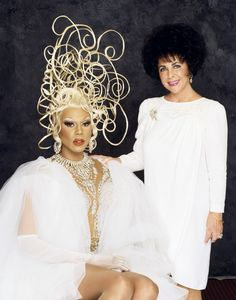 Elizabeth and Rupaul at the Cinema Against AIDS gala in Cannes in Photo by Firooz Zahedi. Elizabeth Taylor, Hollywood Heroines, Violet Eyes, Classic Actresses, Celebs, Celebrities, Celebrity Hairstyles, Most Beautiful Women, Beautiful People