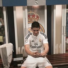 'But first, let me take a #Selfie' - #James #RealMadrid #JR10