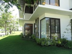 No fences for this Sonera@ Ayala Southvale home.  Wide garden with an emerald lawn wraps around the modern house.  Sigh. . . so relaxing to look at.