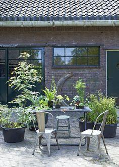 Vintage garden set, table, chairs, outside |  Photographer Dennis Brandsma | Styling Fietje Bruijn | vtwonen September 2015