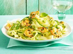 Unser beliebtes Rezept für Zucchini-Pasta mit Limonenpesto und Garnelen und mehr als 55.000 weitere kostenlose Rezepte auf LECKER.de.