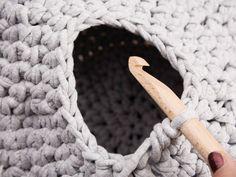 Tutorial fai da te: Come fare una cuccia per gatto all'uncinetto in fettuccia via DaWanda.com