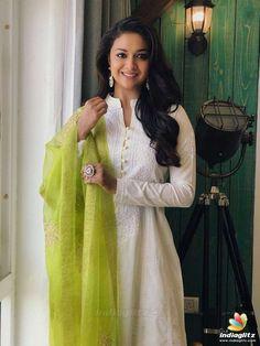 Churidar Designs, Kurti Neck Designs, Kurta Designs Women, Kurti Designs Party Wear, Blouse Designs, Indian Fashion Dresses, Dress Indian Style, Indian Outfits, Fashion Outfits