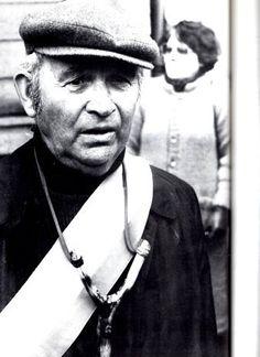 Le maire de Plogoff, Jean-Marie Kerloc'h arbore un lance-pierre pour affirmer que lui aussi mérite d'être arrêté. | Bretagne | Finistère | #myfinistere