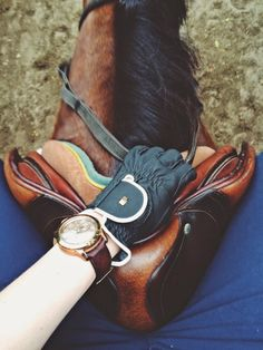 Look at the detail of the leather, and the mane. Both horse and saddle got cleaned before this picture... But who wears a giant analog watch while riding?