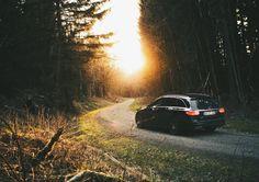 Was habt ihr heute an diesem Frühlingssonntag vor?  Foto via @mximlr [Mercedes-Benz C 220d T-Modell: Kraftstoffverbrauch kombiniert: 45 l/100km   CO Emission: 115 g/km]  #S205 #MercedesBenz #AMG #C220d #Tmodell #schwarz #Roadtrip #Wald #Frühjahr #Abenddämmerung #Frühlingsanfang #dasBesteoderNichts by mercedesbenz_de