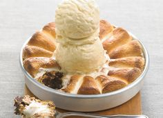 BJ's Peanut Butter S'mores Pizookie® - BJ's twist on the classic s'more! Triple Chocolate Cookies, Marshmallow Cookies, Pumpkin Spice Cookies, Vanilla Bean Ice Cream, Peanut Butter, Baking, Eat, Marshmallows, Desserts
