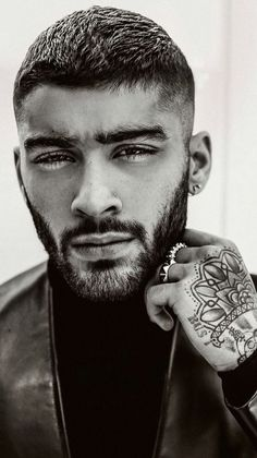 """He was ranked as one of the """"World's Sexiest Men"""" by multiple media sources and is appreciated for both his choice of wardrobe and grooming. Get inspired by a signature Zayn Malik haircut below to look and feel like a pop star too! Zayn Mallik, Zayn Malik Pics, Viking Haircut, Pelo Retro, Zayn Malik Hairstyle, Man Bun Hairstyles, Hairstyle Man, Cabello Zayn Malik, Fade Haircut"""