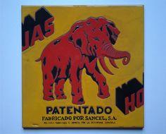 """Azulejo de 30x30cm reproduciendo el logo del papel higiénico """"Elefante"""""""
