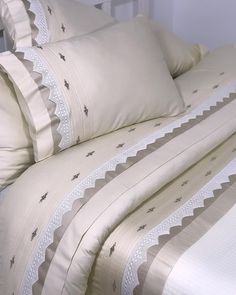 Our customers' hand lace hand-embroidery over the ribs with care . Diy Pillow Covers, Diy Pillows, Bed Covers, Linen Bedding, Bedding Sets, Diy Bett, Embroidery Works, Hand Embroidery, Gold Bedroom