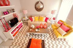 Querido Mudei a Casa TV Show, chevron rug, peacock mirror, fruint punch colors, pink, coral, yellow, tangerine