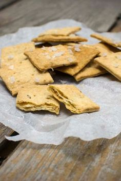 Sourdough crackers made of discarded sourdough starter. It always feels bad to waste food, but these crackers will solve your discard problem. Sourdough Bread, Crackers, Bread Recipes, Tasty, Baking, Food, Yeast Bread, Pretzels, Bakken